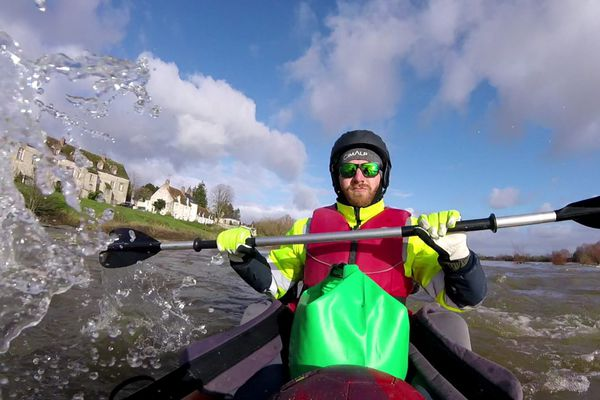 Entre Saint-Germain-des-Fossés et Saint-Brévin-les-Pins, Vincent Rebourgeon, seul sur la Loire un jour de janvier