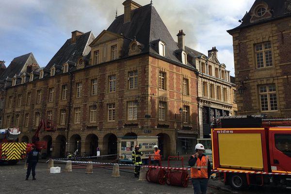 Le feu a pris derrière un immeuble sur la place Ducale à Charleville-Mézières
