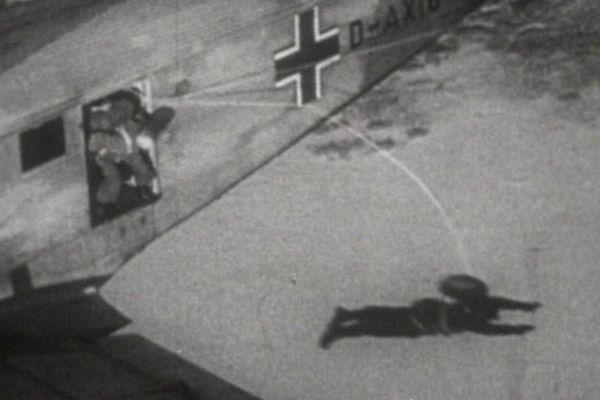 L'Allemagne nazie surprend les Alliés le 10 mai 1940 en lançant ses parachutistes sur la Belgique, le Luxembourg puis les Pays-Bas.