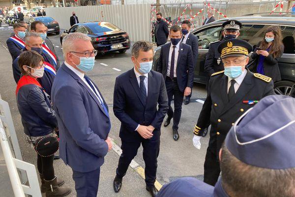Gérald Darmanin à son arrivée à Alès, accueilli à gauche par Christophe Rivenq, premier adjoint de la ville et président de l'agglo, et à droite par Didier Lauga, préfet du Gard
