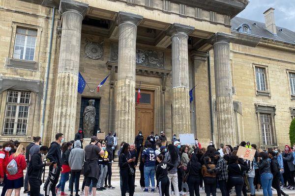 Un partie des manifestants s'est ensuite rendue devant le Palais de justice de Reims