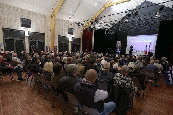 Près de 200 personnes s'étaient déplacées pour ce meeting d'appoigny. À la tribune, Julien Odoul a incendié le rassemblement républicain d'Auxerre.