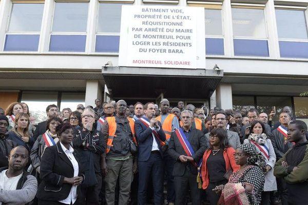 Patrice Bessac,maire PCF de Montreuil, devant les locaux réquisitionnés.