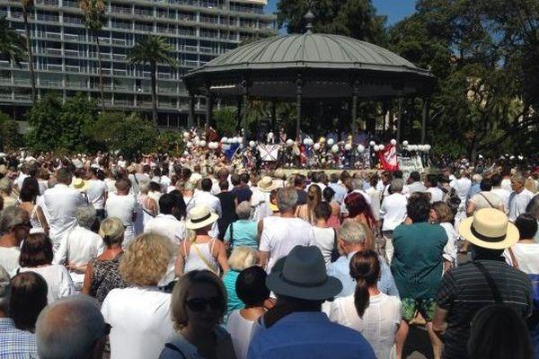Plusieurs centaines de personnes rassemblées devant le kiosque du jardin Albert 1er à Nice, lieu de l'hommage.