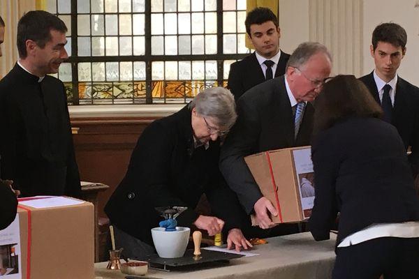 Les cartons sont scellés lors de la cérémonie de clôture de l'enquête diocésaine.