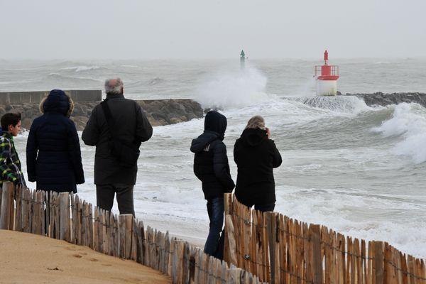 Des curieux admirent les vagues, le 8 février 2016, depuis le port de La Cotinière sur l'Ile d'Oléron. Photo d'illustration