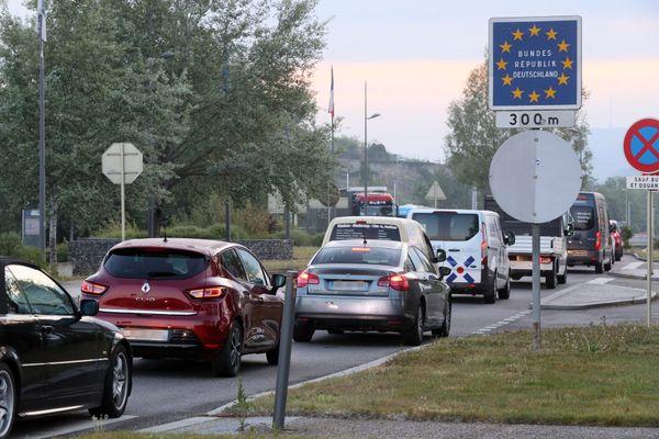 Les travailleurs frontaliers pris dans les bouchon à la frontière franco-allemande de Breisach am Rhein en raison des contrôle par la police des frontières des autorisations pour rentrer en Allemagne pendant la pandémie de la Covid-19.