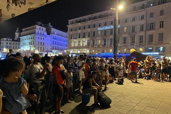 Sur le Vieux-Port, de nombreuses personnes étaient réunis samedi 15 août.