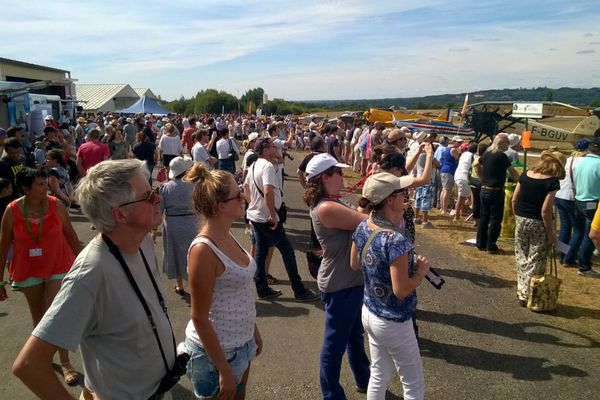 Le public assiste aux démonstrations aériennes sur l'aérodrome de Saint Junien
