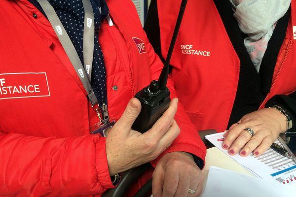 """Les """"gilets rouges"""" de la SNCF (Archives)"""