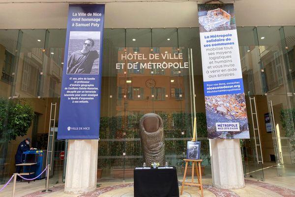 Le portrait de Samuel Paty vient d'être installée à l'hôtel de ville de Nice. Un registre de doléances est aussi disponible.