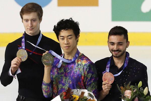 """Après le """"libre Messieurs"""", Alexander Samarin, le russe (à gauche), Nathan Chen l'américain (au centre) et l'isérois Kevin Aymoz (à droite) posent avec leurs médailles."""
