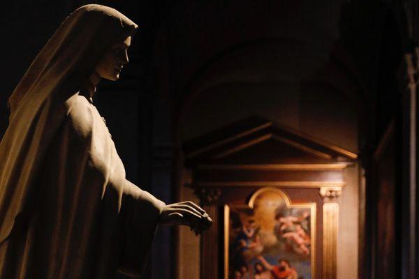 Statue de la Vierge Marie à l'église Saint-Louis-en-l'Ile (église du XVIIe siècle, Paris IVe).