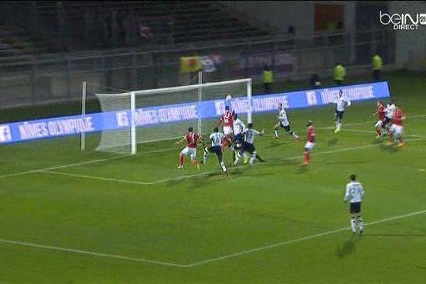 Le but d'Anthony Koura pour le Nîmes Olympique, vainqueur 6 buts à 2 de Clermont-Ferrand, dans le championnat de Ligue 2 - 15/01/2016