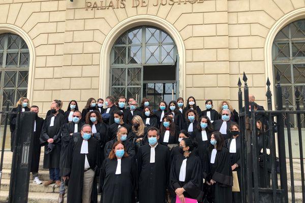 À Ajaccio, une quarantaine d'avocats se sont rassemblés sur les marches du palais de justice en soutien à Me Paul Sollacaro.