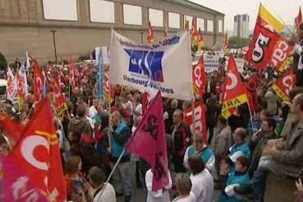 Les manifestants devant la Cité de la Mer