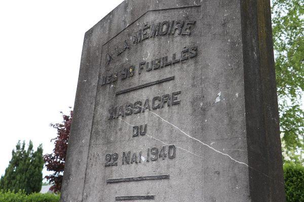 Une stèle a été érigée à Aubigny-en-Artois, près d'Arras, en mémoire des civils massacrés par les SS de la division Totenkopf le 22 mai 1940.
