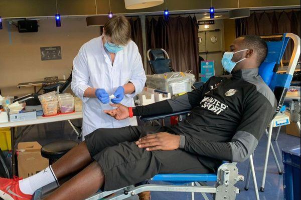 L'attaquant de l'Amiens SC Mustapha Sangaré lors d'une opération don du sang au stade de la Licorne mercredi 9 décembre