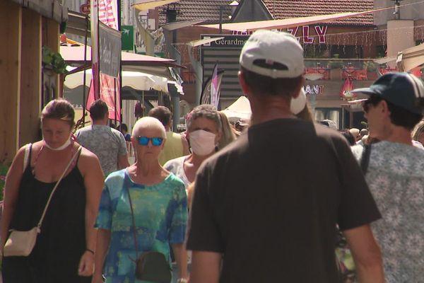 A Gérardmer, le port du masque est vivement recommandé par la Mairie en extérieur, comme ici, dans la rue piétonne