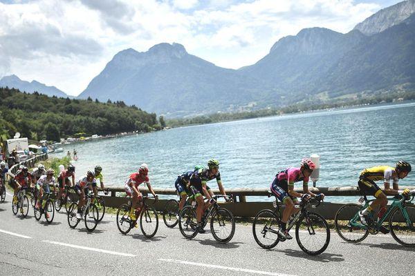 Le Néo-zélandais George Bennett, le Portugais Rui Alberto Faria da Costa, le Norvégien Vegard Breen, l'Australien Michael Matthews et l'Espagnol Daniel Navarro mènent une échappée en franchissant le lac d'Annecy lors du Tour de France, le 22 juillet 2016 entre Albertville et Saint-Gervais Mont Blanc.
