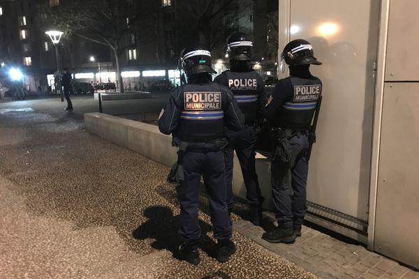 Des violences urbaines ont éclaté à La Duchère, jeudi 4 mars 2021, après un accident de deux roues la veille. La famille d'un adolescent grièvement blessé dans l'accident estime que la Police est impliquée.