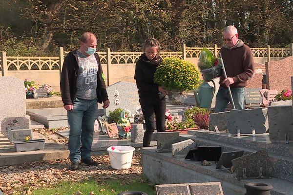 Magdaléna Padé propose un service sur-mesure, selon les budgets, allant du nettoyage de la sépulture à la conception florale.