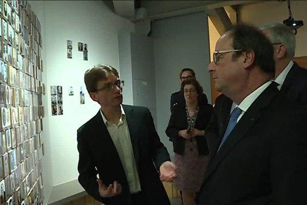 François Hollande en visite à la coupole d'Helfaut