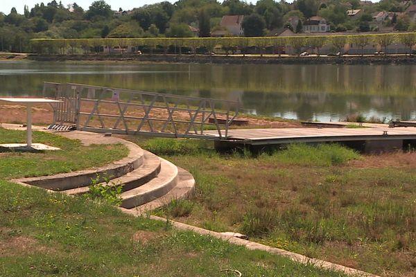 Le Lac du Plessis est à moitié vide. Les activités nautiques ont été suspendues cet été.