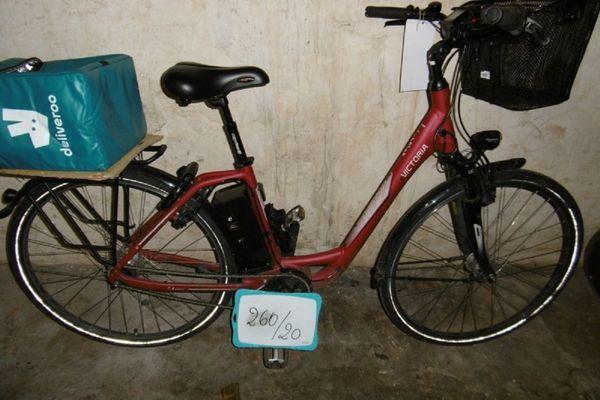 Un vélo de marque, électrique, avec accessoires. Il attend son propriétaire au commissariat central de Strasbourg.