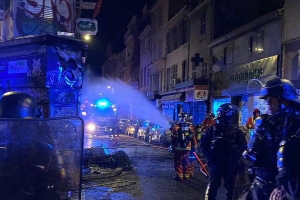 Les pompiers ont éteint l'incendie dans la soirée.