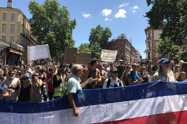 Plusieurs centaines de personnes manifestent à Toulouse contre le pass sanitaire, samedi 17 juillet 2021