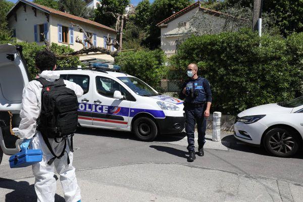Le septuagénaire se serait porté des coups de couteau après avoir abattu sa femme avec une arme à feu ce dimanche matin.