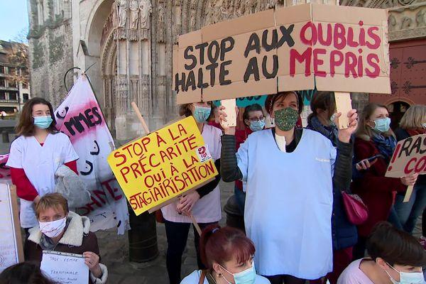 Rouen le 24 février 2021 - Manifestation régionale des sages-femmes devant la cathédrale de Rouen