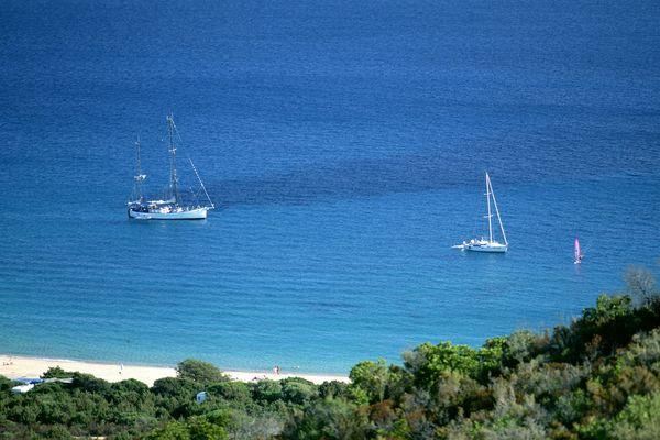 ILLUSTRATION/ Les innombrables bateaux qui naviguent près des rivages de l'île ont des consignes strictes à respecter pour ne pas souiller l'eau