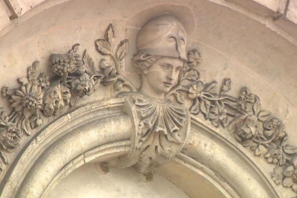 Une femme aux yeux masqués sur le fronton du Tribunal d'Evreux. L'allégorie de la justice n'a jamais été aussi appropriée.