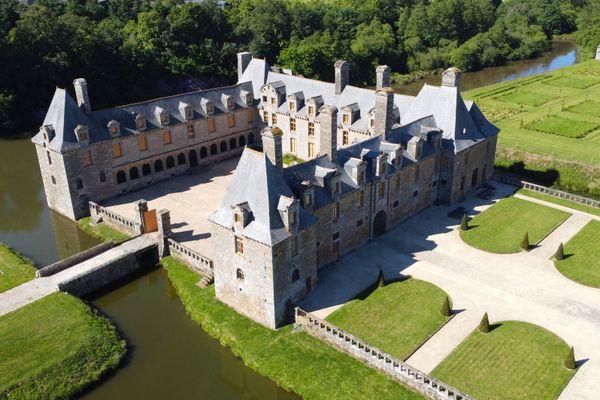 Le château Le Rocher Portail est un château de la fin du XVIème siècle, il reçoit habituellement 20 000 visiteurs par an, une jauge fortement réduite en 2020 à cause de la crise sanitaire