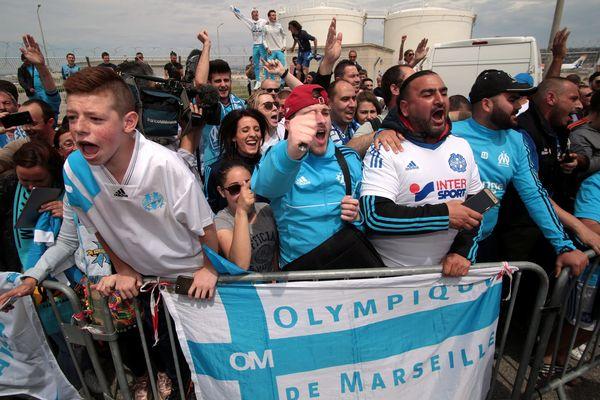 Le supporters marseillais accueillent l'OM à l'aéroport de Marignane, au lendemain de leur victoire face à Salzbourg (2-1)