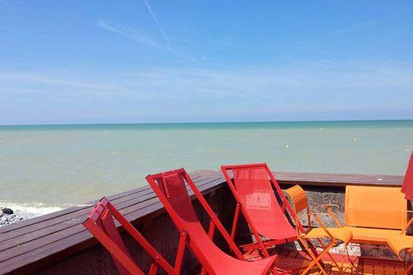 Avant le confinement, une terrasse face à la mer...le temps suspendu à Veules-les-Roses.