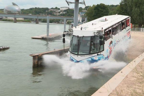 """Le bus amphibien """"Marcel le canard"""" entrant dans la Seine depuis les berges de Boulogne-Billancourt, dans les Hauts-de-Seine."""