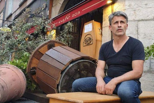 """""""Je ne voyais pas où était le problème, il n'y avait personne dans la rue et personne n'était en danger"""", estime le patron du """"café 203"""" à Lyon, qui reconnait tout de même son erreur après coup."""