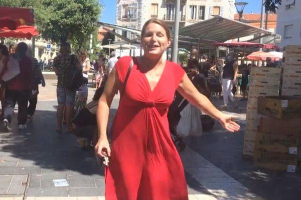 Dans son clip, Zine dans et chante avec de nombreux marchands de la Libération, à Nice.