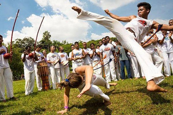 La capoeira vient du Brésil.