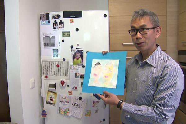 Montpellier - Doan Luu tient le dessin de sa fille Clémence sur lequel ses deux papas sont représentés - 27.05.21