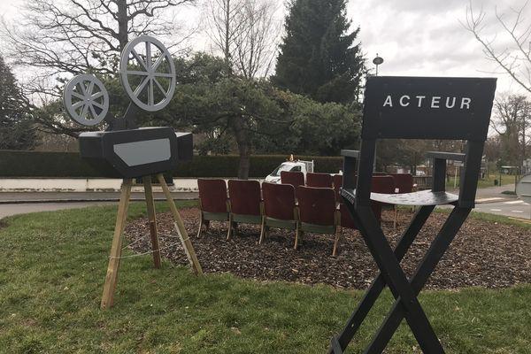 Une salle de cinéma du bon vieux temps, avec de vrais fauteuils provenant de l'ancien complexe cinématographique de la ville...