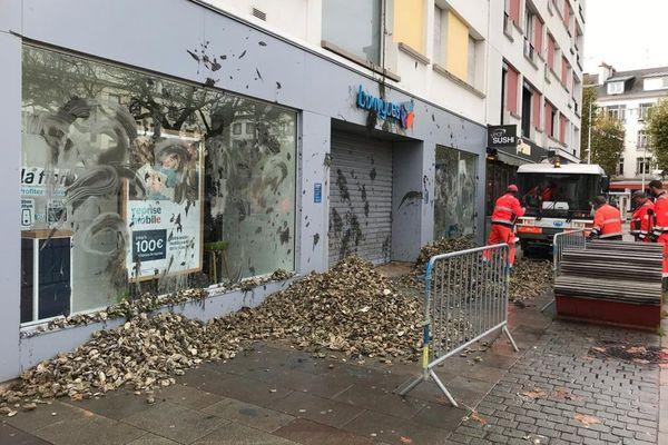 Mardi 10 novembre, une vingtaine d'ostréiculteurs a déversé des coquilles d'huîtres devant la boutique Bouygues Telecom de Lorient.