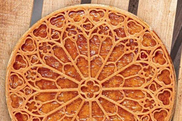 La galette présentée par Nina Métayer représentant la rosace de Notre-Dame-de-Paris.