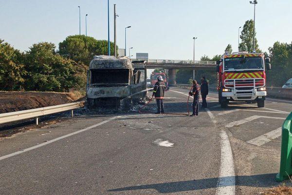 El camión se incendió después de forzar el control de carretera de la gendarmería, cerca del peaje de Bressols.