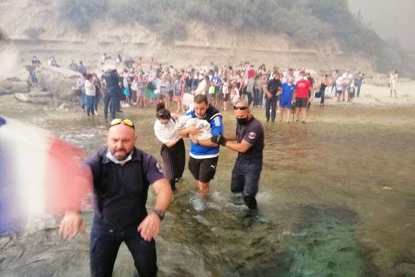 Pris au piège par les flammes, les vacanciers ont été évacués par la mer.