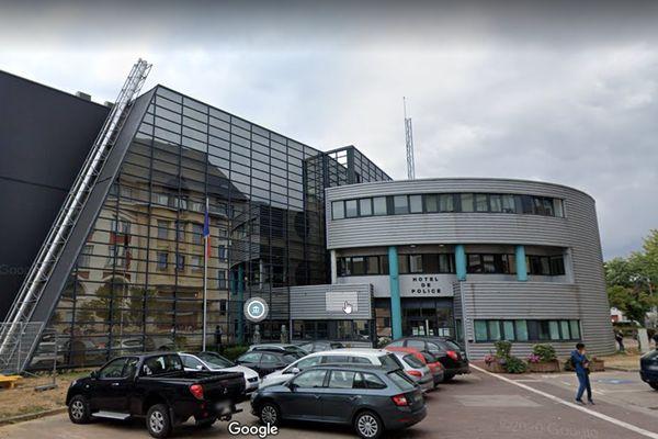 Un homme s'est poignardé dans l'entrée du commissariat d'Epinal, mardi 4 mai 2021.