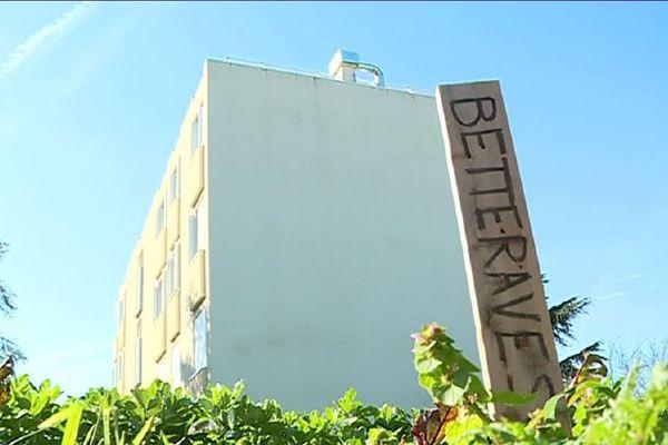 Les résidents de cet HLM peuvent déguster des légumes frais de leur espace vert.